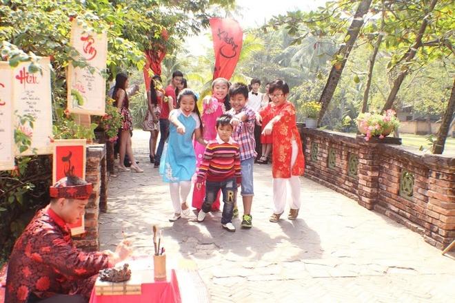 Bao Nghi Guong mat than quen nhi tung MV dau tay dip Tet hinh anh 6 Hình ảnh trong trẻo, đáng yêu của Bảo Nghi cùng giọng hát giàu cảm xúc của cô bé nhận được nhiều phản hồi tích cực từ người nghe.