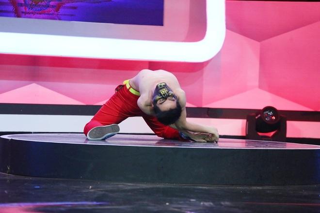 """Người bí ẩn giới thiệu: """"Em là Phan Thanh Huy, là vũ công tự do. Nhảy bẻ khớp là thể loại em đang theo đuổi"""". Vì cả hai đội đều lựa chọn sai nên số điểm vẫn như cũ: 2 – 1 nghiêng về đội khách."""