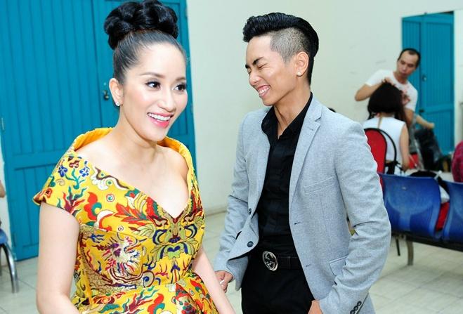 Phan Hien nguong ngung chup hinh cung Khanh Thi hinh anh