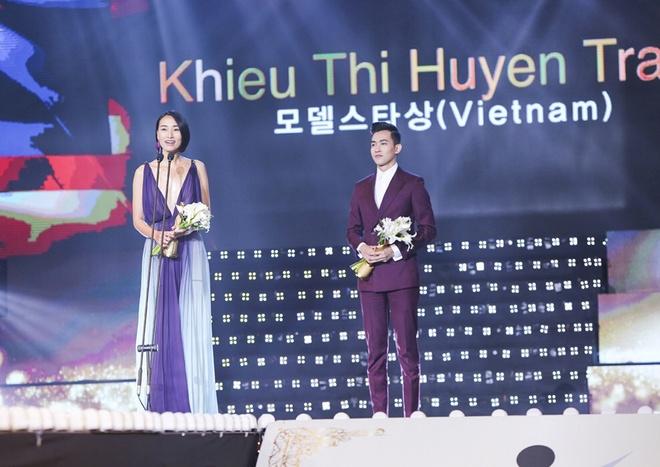 Trang Khieu - Vo Canh nhan giai Ngoi sao nguoi mau chau A hinh anh 2 Ở hạng mục Ngôi sao người mẫu 2015, chân dài đến từ Việt Nam - Trang Khiếu vinh hạnh được xướng tên.