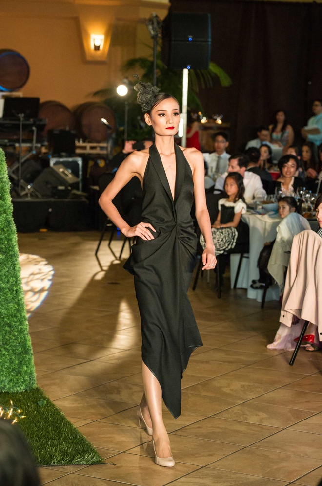NTK Lê Thanh Hòa có sở trường thiết kế những bộ trang phục tôn nét đẹp duyên dáng, sang trọng và quyến rũ của người phụ nữ.