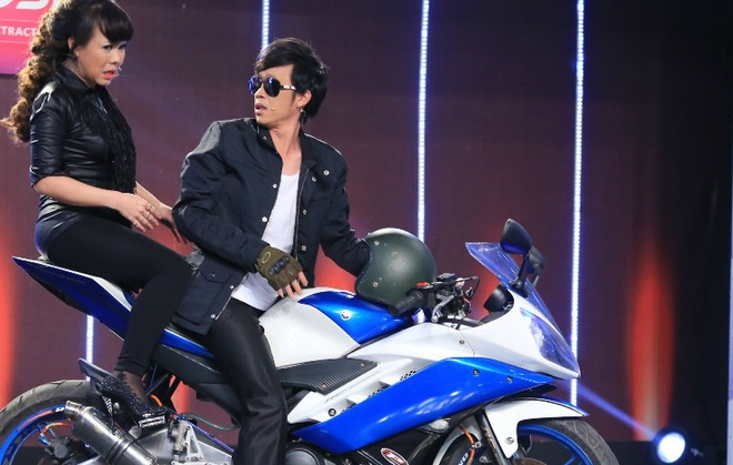 Hoai Linh mac sanh dieu cuoi moto du do Viet Huong hinh anh