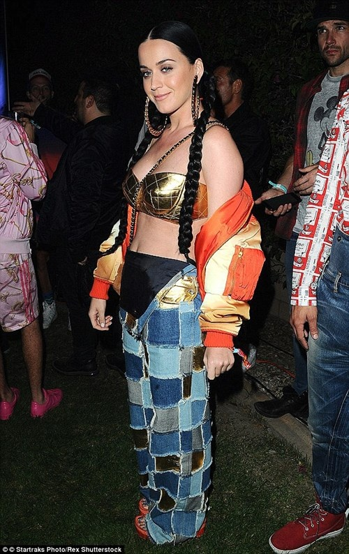 Katy Perry goi cam trong poster quang cao hinh anh 7