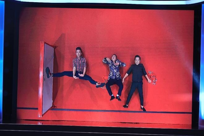 Trong thử thách 2, Trấn Thành – Trường Giang – Khánh Nam vào vai các vũ công và họ phải diễn trên sân khấu nằm. Tình huống này chưa đủ hấp dẫn khán giả nhưng sự sôi nổi của Trấn Thành trong nhiều động tác khó đỡ cũng chọc cười người xem.
