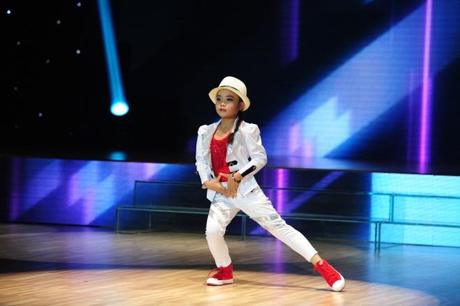"""Minh Hang lai dung qua du do vu cong nhi hinh anh 12 Mỹ Hiền với phong cách cá tính và sự đa năng trong từng bước nhảy đã thuyết phục cả 3 HLV bấm nút chọn. Hà Lê """"mượn"""" Michael Jackson để dụ dỗ cô bé vì anh là """"bậc thầy của hip hop""""."""