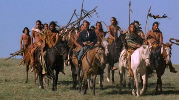 25 nam bo phim 'Khieu vu voi bay soi' hinh anh 3 Một giáo viên ngôn ngữ được mời đến để dạy tiếng Lakota của người da đỏ cho các diễn viên. Tuy nhiên, vì thứ tiếng này khá khó học nên phần phân từ theo giống cái, giống đực đã bị bỏ qua. Khi phim công chiếu, người da đỏ nói tiếng Lakota thấy rất buồn cười khi các chiến binh nói chuyện giống y như phụ nữ