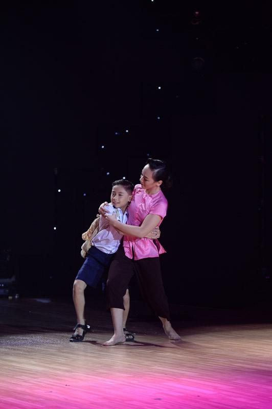 """Thuy Tien than tuong Phan Hien vi qua thong minh hinh anh 2 Phan Hiển nghẹn ngào phát biểu: """"Chú không thể ngờ một cô bé 12 tuổi có thể diễn tả hình ảnh người mẹ nuôi nấng và mong ngóng đứa con của mình thế nào""""."""