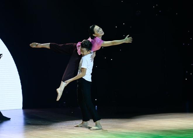 Vy Khanh của đội Minh Hằng – Phan Hiển làm khán giả xúc động với câu chuyện về người mẹ trên nền nhạc Nhật ký của mẹ ở thể loại khiêu vũ.