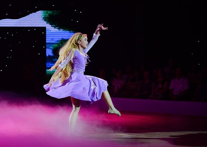 Thuy Tien than tuong Phan Hien vi qua thong minh hinh anh 9 Thùy Dương hóa thành cô công chúa tóc mây trong bài thi ngọt ngào. Giọng ca Muộn màng không giấu vẻ lo lắng vì học trò phải gắn đầu tóc giả làm ảnh hưởng đến vũ đạo của cô bé.