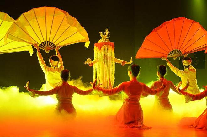 """Thuy Tien than tuong Phan Hien vi qua thong minh hinh anh 5 Kim Thư kết thúc bài thi với kỹ thuật múa mâm tuyệt vời trên nền nhạc quê hương. Minh Hằng thừa nhận học trò cô phải giỏi thế nào mới thể hiện được yêu cầu gắt gao này. """"Kim Thư từng thi Bước nhảy hoàn vũ nhí ở năm trước và bạn ấy trở lại lợi hại hơn xưa"""", người đẹp khen ngợi."""