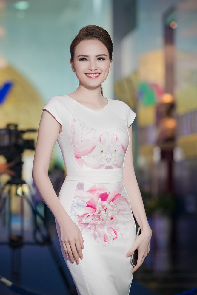 Hong Que mac goi cam than thiet ben Trong Hieu hinh anh 4 Diễm Hương cũng chọn bộ trang phục nền nã, sang trọng. Bà mẹ một con hút mắt người xem với vẻ đẹp duyên dáng.