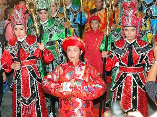 Hoai Linh chat vat dua kieu To len san khau hinh anh