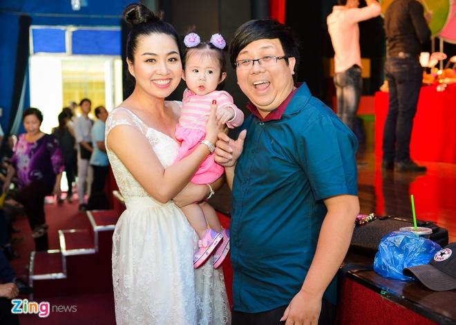 Sao Viet cung To o nha rieng Minh Nhi, san khau Thanh Loc hinh anh 10 Lê Khánh bế con gái của nam diễn viên hài Gia Bảo. Sau khi kết hôn, người hâm mộ chờ đợi nữ diễn viên có tin vui.