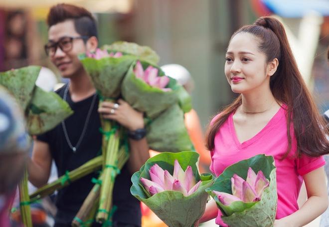 Bao Anh ban hoa sen giup be 11 tuoi hinh anh