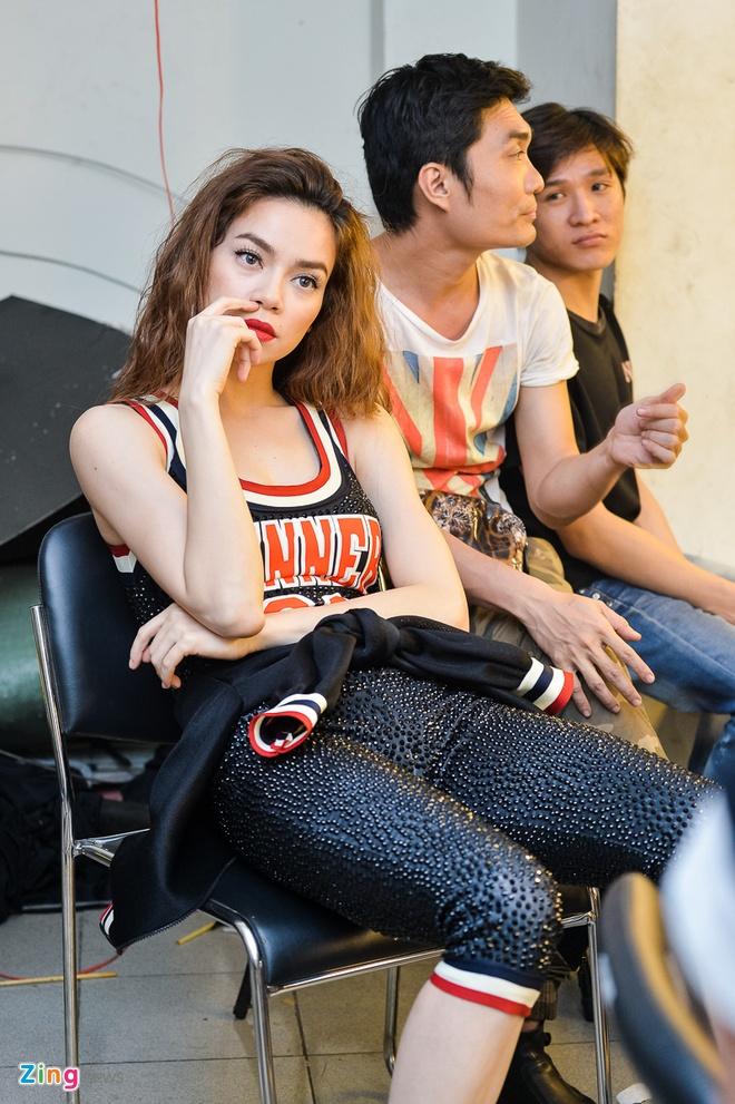 Fan vay kin Ho Ngoc Ha tai truong quay hinh anh 7