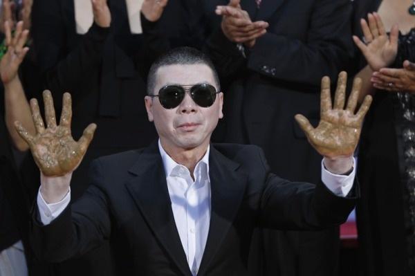 5 dao dien tai nang nang tam nen dien anh Trung Quoc hinh anh 9 Phùng Tiểu Cương trong buổi lễ in dấu tay và dấu chân ở nhà hát TLC Chiness.