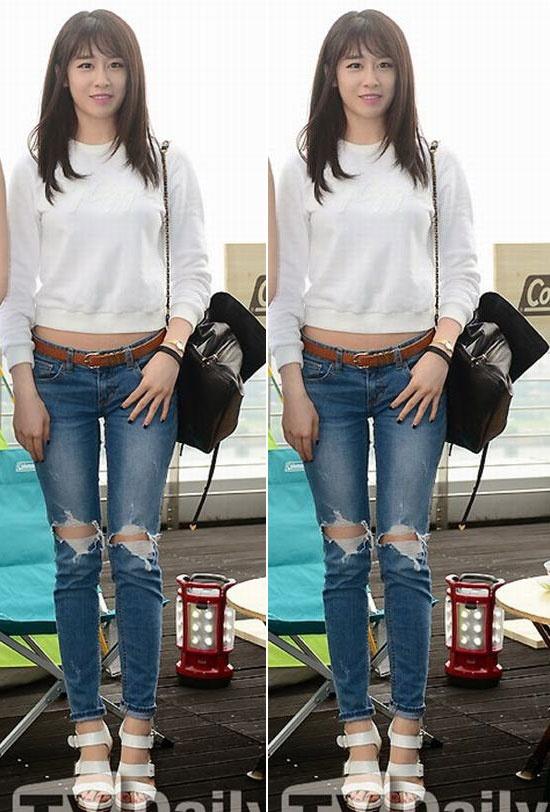 Me man voi vong eo con kien cua my nhan Han hinh anh 10 Đi học, đi chơi hay mua sắm... thì set đồ gồm áo nỉ trắng dáng lửng, quần jeans  rách, xăng đan, túi đeo vai màu đen giống Ji Yeon (T-ara) đều hợp mốt.