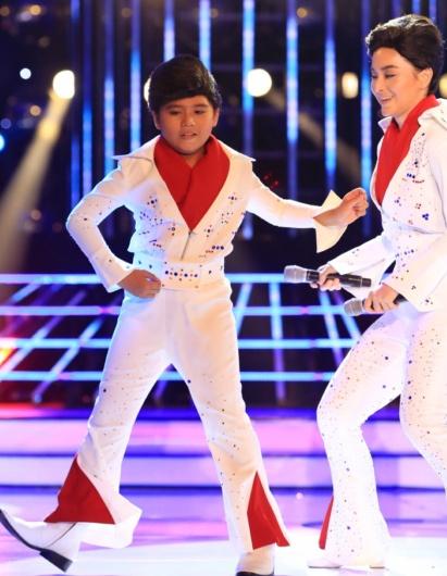 Phuong My Chi bi che hat khong giong Phan Dinh Tung hinh anh 11 Minh Khang – Lan Phương đóng giả Elvis Presley trong tiết mục Blue Suede Soes. Hoài Linh hài lòng vì giọng ca nhí không bị hụt hơi khi phải vừa hát vừa nhảy.