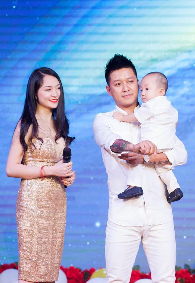 Tuan Hung to chuc tiec sinh nhat 1 tuoi cho con trai hinh anh 3