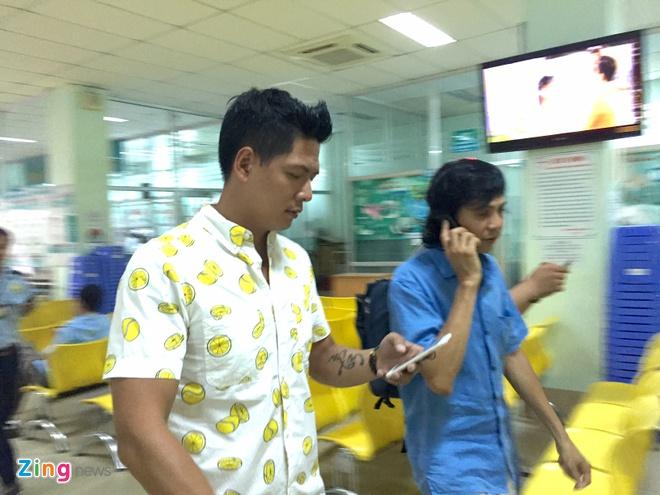 Binh Minh den benh vien tham Nguyen Hoang hinh anh 4