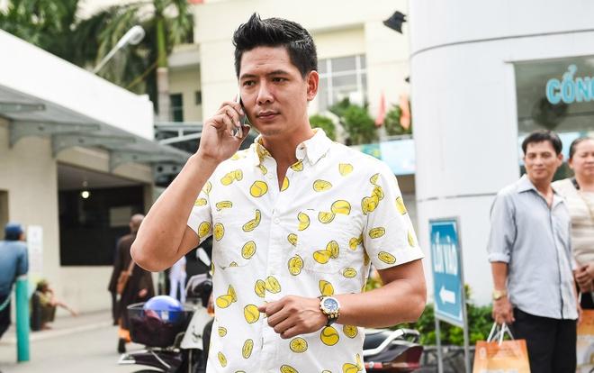 Binh Minh den benh vien tham Nguyen Hoang hinh anh