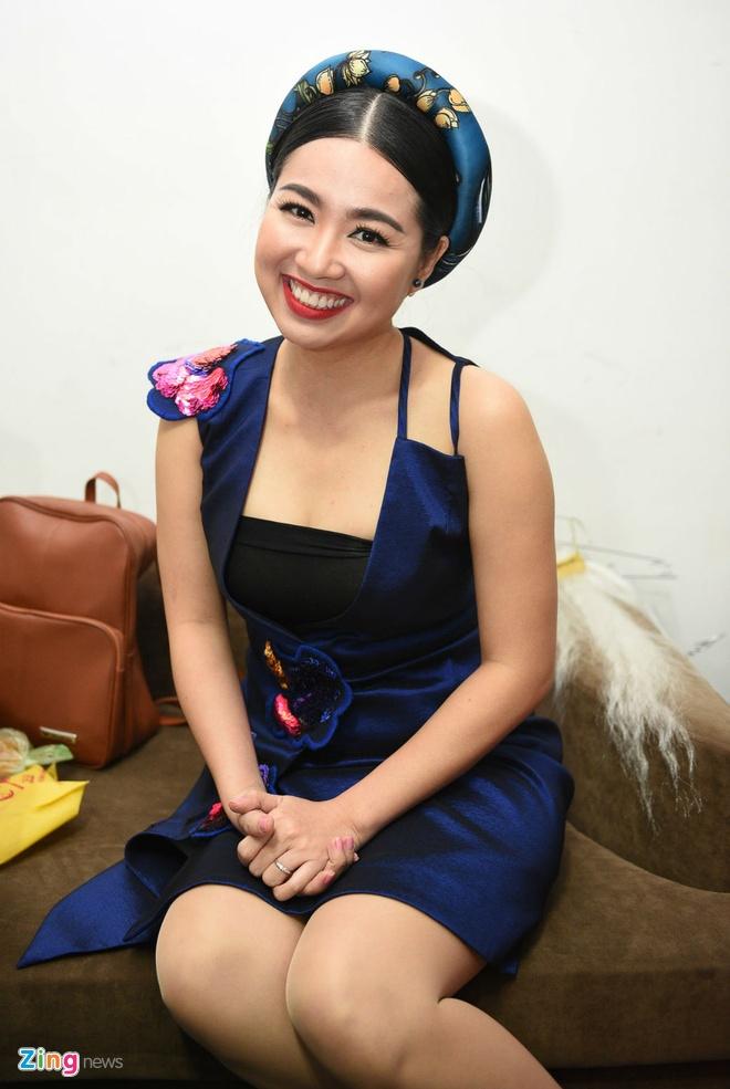 Quy Binh den truong quay co vu ban gai Le Phuong hinh anh 6 Người đẹp Cô dâu đại chiến 2 rạng rỡ trong hậu trường. Thời gian gần đây, Lê Khánh tăng cân trông thấy.