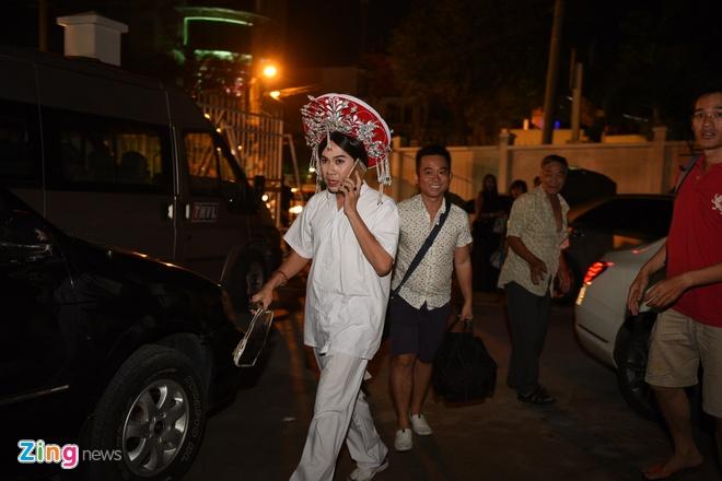 Quy Binh den truong quay co vu ban gai Le Phuong hinh anh 7 Quốc Đại make-up tại nhà trước khi đến sân khấu. Trong đêm thi, anh sẽ giả gái khi vào vai Hoàng hậu Thượng Dương.