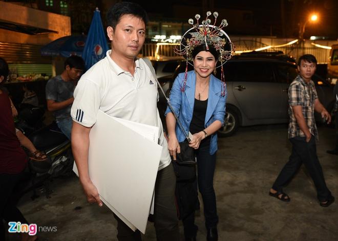 Quy Binh den truong quay co vu ban gai Le Phuong hinh anh 8 Trong khi đó, Thụy Mười sắm vai Hoàng hậu Ỷ Lan. Nữ diễn viên cá tính không còn phải giả trai như trong các tiết mục trước.