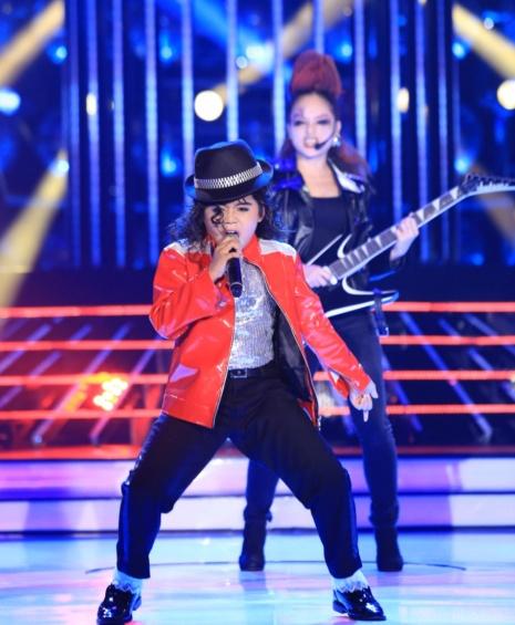 """Phuong My Chi chua the hoa than thanh My Tam hinh anh 11 Tiết mục xuất sắc thuộc về Minh Khang - Lan Phương hóa thành Michael Jackson trong tiết mục Beat It. Mỹ Linh thừa nhận: """"Tiết mục này quá khó với con. Nhạc của Michael Jackson nghe sướng tai nhưng hát rất khó. Con có tài khi vừa nhảy vừa hát. Cô sung sướng xem con thể hiện và giải tỏa được lo lắng""""."""