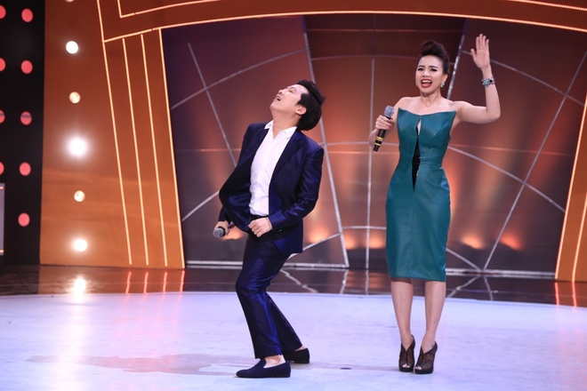 Mr. Dam len san khau an ui thi sinh Buoc nhay ngan can hinh anh 1