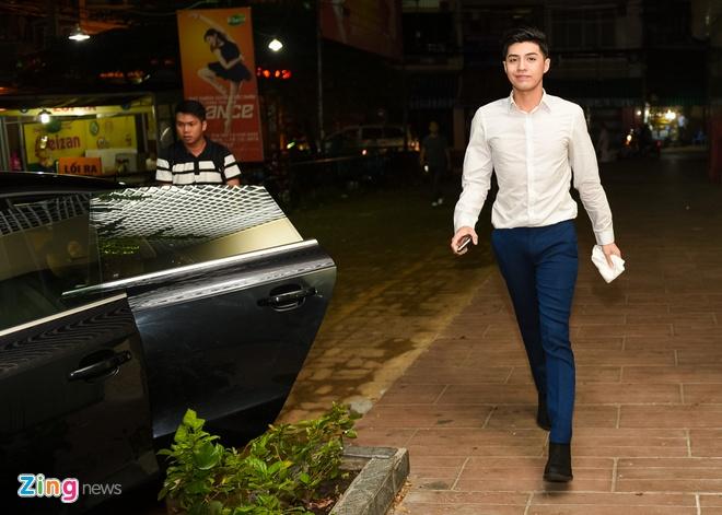 Noo Phuoc Thinh mac banh bao, di xe sang den truong quay hinh anh 2