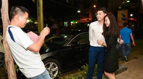 Noo Phuoc Thinh mac banh bao, di xe sang den truong quay hinh anh