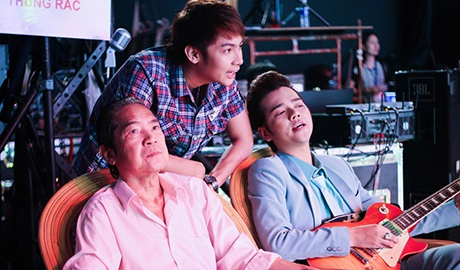 Bao Yen va hai con trai tap luyen cho dem nhac cua chong hinh anh