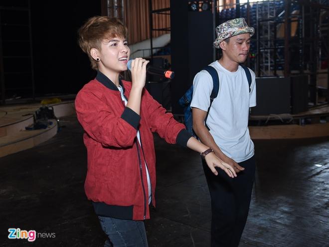 Tran Thanh di xe sang tap Zing Music Awards hinh anh 11