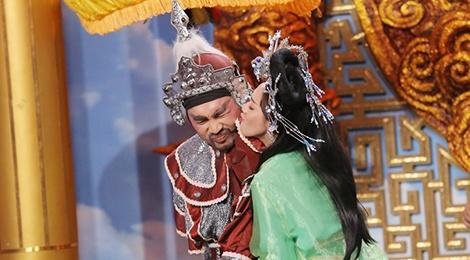 Thu Trang, Tien Luat om hon trong tieu pham hai hinh anh