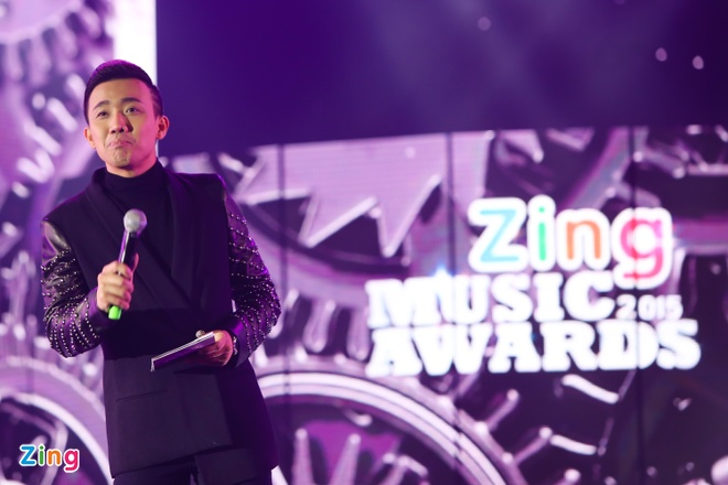 Ho Hoai Anh luong cuong ben Pham Huong khi trao giai ZMA hinh anh 3