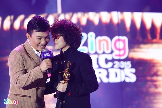 Ho Hoai Anh luong cuong ben Pham Huong khi trao giai ZMA hinh anh 12