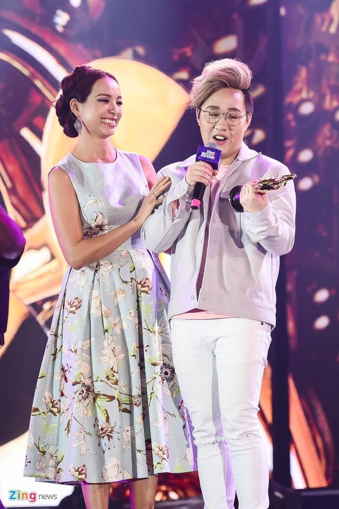 Ho Hoai Anh luong cuong ben Pham Huong khi trao giai ZMA hinh anh 18