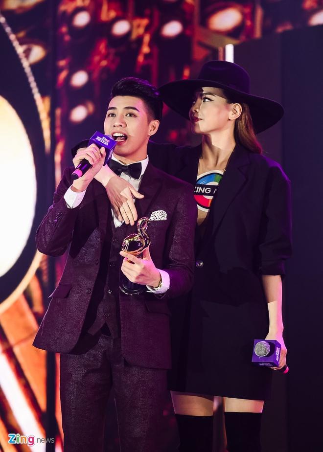Ho Hoai Anh luong cuong ben Pham Huong khi trao giai ZMA hinh anh 14