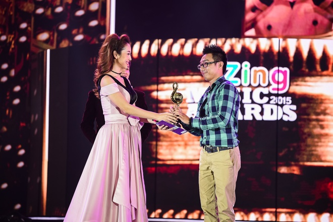 Ho Hoai Anh luong cuong ben Pham Huong khi trao giai ZMA hinh anh 7