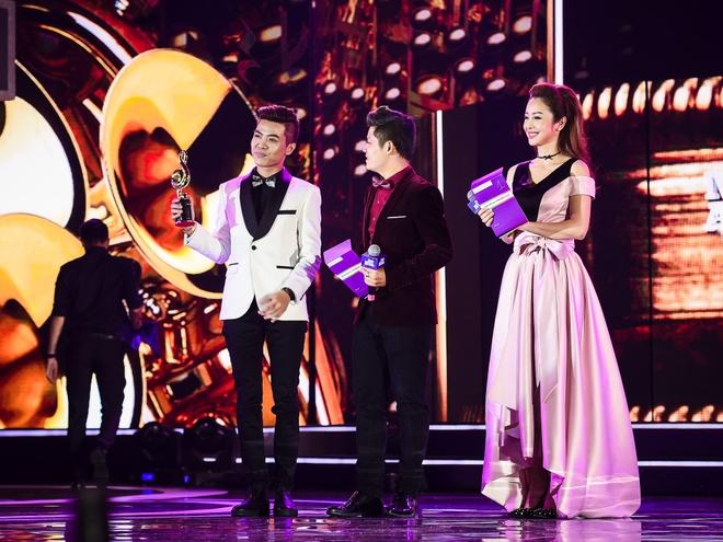 Ho Hoai Anh luong cuong ben Pham Huong khi trao giai ZMA hinh anh 5