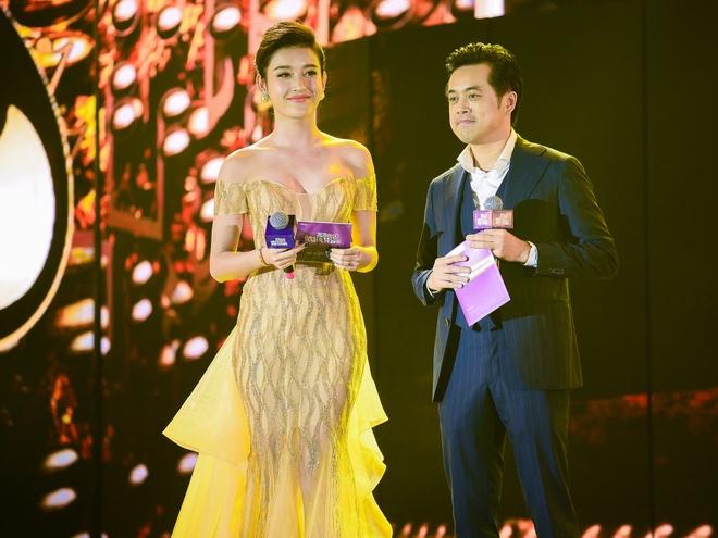 Ho Hoai Anh luong cuong ben Pham Huong khi trao giai ZMA hinh anh 8