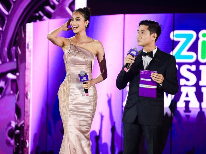 Ho Hoai Anh luong cuong ben Pham Huong khi trao giai ZMA hinh anh 2