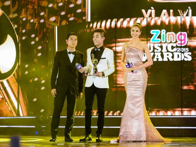 Ho Hoai Anh luong cuong ben Pham Huong khi trao giai ZMA hinh anh 4