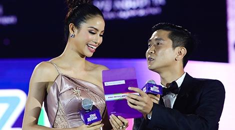 Ho Hoai Anh luong cuong ben Pham Huong khi trao giai ZMA hinh anh