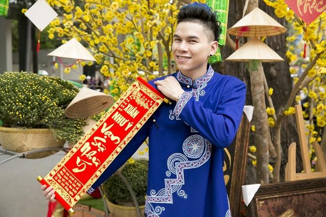 Hoang Ton va FB Boiz mac ao dai dao pho Tet hinh anh 1