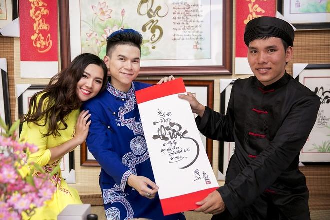 Hoang Ton va FB Boiz mac ao dai dao pho Tet hinh anh 6