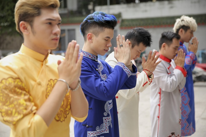 Hoang Ton va FB Boiz mac ao dai dao pho Tet hinh anh 5