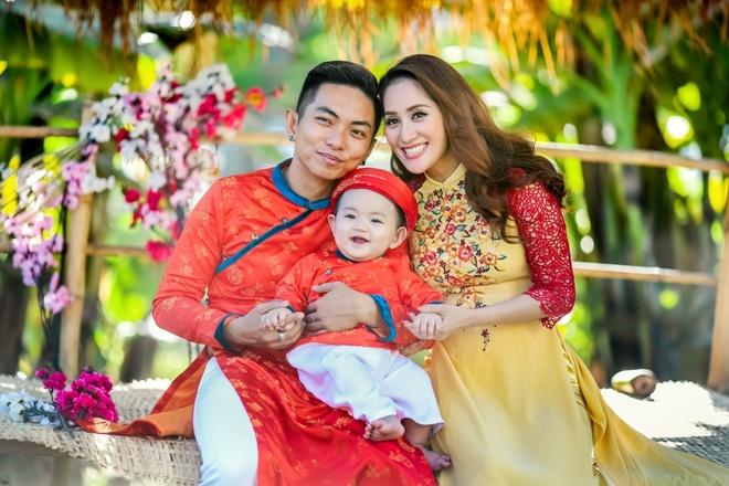 Gia dinh Khanh Thi - Phan Hien mac ao dai ruc ro du xuan hinh anh 3