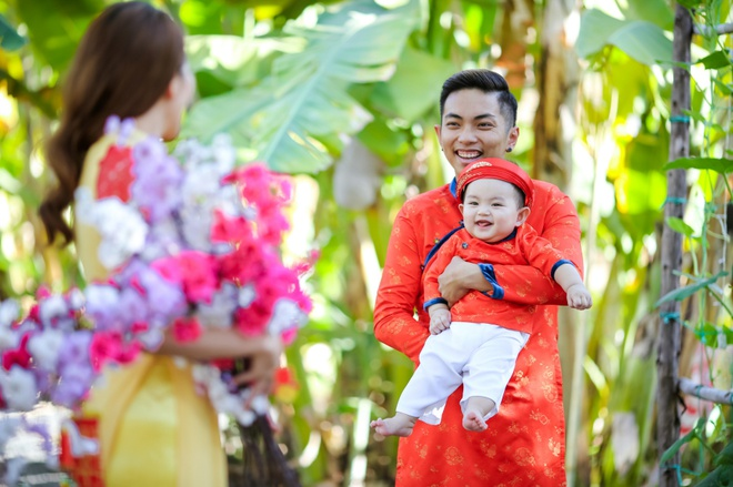 Gia dinh Khanh Thi - Phan Hien mac ao dai ruc ro du xuan hinh anh 2